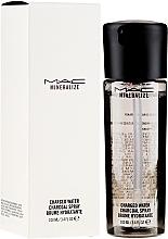 Düfte, Parfümerie und Kosmetik Erfrischendes und feuchtigkeitsspendendes Gesichtsspray mit Aktivkohle - M.A.C Mineralize Charged Water Charcoal Spray