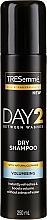 Düfte, Parfümerie und Kosmetik Trockenes Shampoo für mehr Volumen für normales und fettiges Haar - Tresemme Day 2 Volumising Dry Shampoo