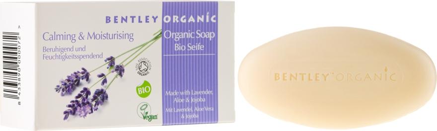 Feuchtigkeitsspndende und beruhigende Bio Seife mit Lavendel-, Aloe- und Jojobaöl - Bentley Organic Body Care Calming & Moisturising Soap Bar — Bild N1