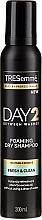 Düfte, Parfümerie und Kosmetik Erfrischendes schäumendes Trockenshampoo für normales bis dichtes Haar - Tresemme Day 2 Fresh & Clean Foaming Dry Shampoo